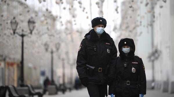 Сотрудники полиции на Никольской улице в Москве
