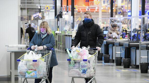 Покупатели в супермаркете в Санкт-Петербурге