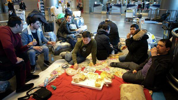 Граждане Таджикистана ожидают вылета в аэропорту Внуково