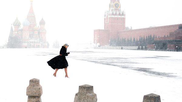 Девушка на Красной площади в Москве
