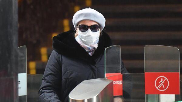 Женщина в медицинской маске на станции метро Курская в Москве