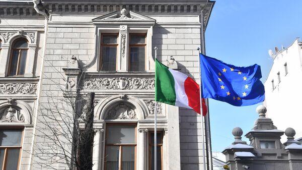 Приспущенный государственный флаг у посольства Италии в Москве