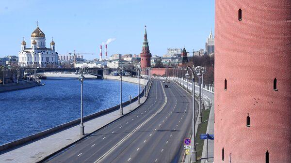 Вид на опустевшую Кремлевскую набережную с Большого Москворецкого моста в Москве