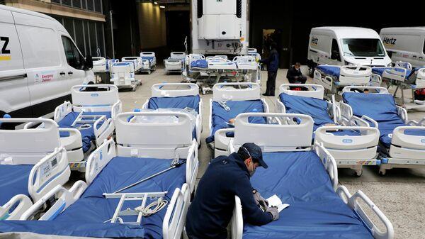 Медицинские работники в одной из больниц на Манхэттене во время вспышки коронавирусной инфекции (COVID-19) в Нью-Йорке, США