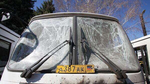 Поврежденный в результате обстрела украинскими силовиками автобус  в Горловке Донецкой области