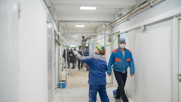Рабочие во время подготовки лечебного корпуса № 6 ГБУЗ Городской клинической больницы имени С. И. Спасокукоцкого