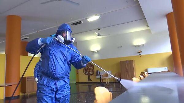 Российские военные специалисты проводят полную дезинфекцию и санитарную обработку в пансионате для пожилых людей в Брембате-ди-Сопра.Стоп-кадр видео