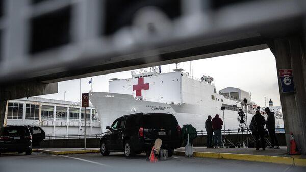 Плавучий госпиталь ВМС США USNS Comfort в акватории в Нью-Йорка