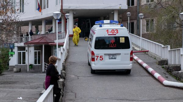 Машина скорой помощи подъезжает к зданию медицинского центра в Ереване