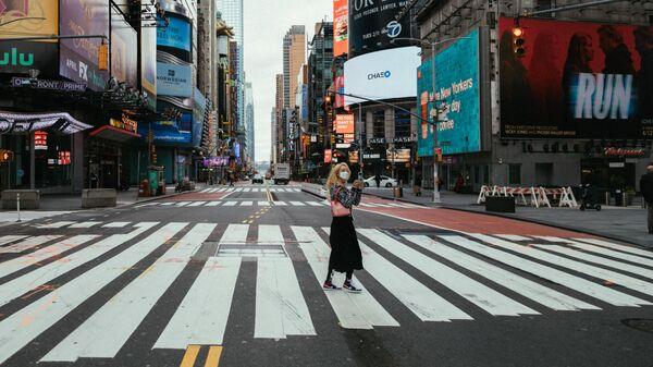 Девушка в медицинской маске на улице Нью-Йорка