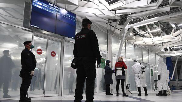 Сотрудники правоохранительных органов и медицинской службы готовятся к встрече пассажиров рейса Бангкок – Новосибирск в аэропорту Толмачево
