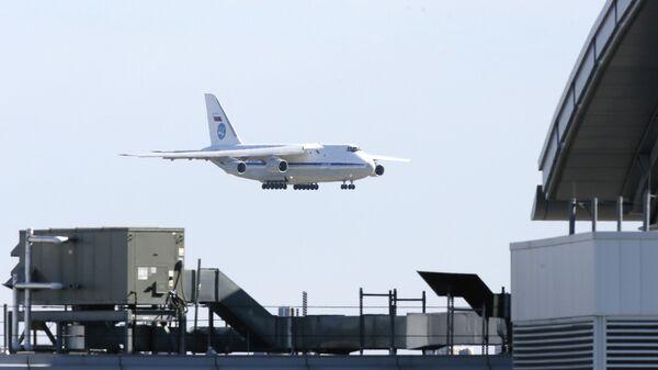 Российский военно-транспортный самолет Ан-124 с медицинским оборудованием и защитными масками в международном аэропорту Кеннеди