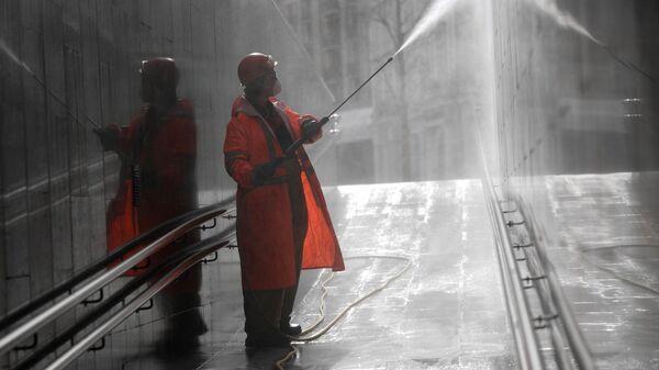 Сотрудник коммунальных служб во время уборки на улицах Москвы