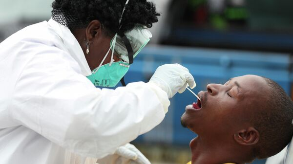 Медицинский работник делает тест на коронавирус