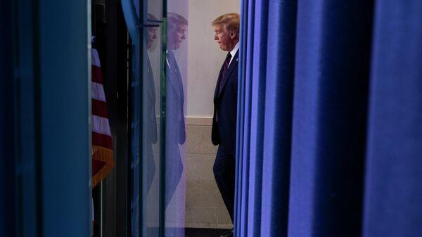 Президент США Дональд Трамп перед брифингом в Белом доме на тему короновируса