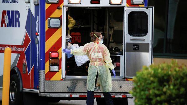 Машина скорой помощи в медицинском центре Broward Heatlh во Флориде