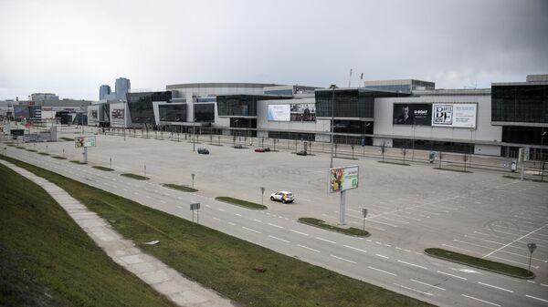 Опустевшая парковка у торгового центра Крокус Сити Холл в Москве