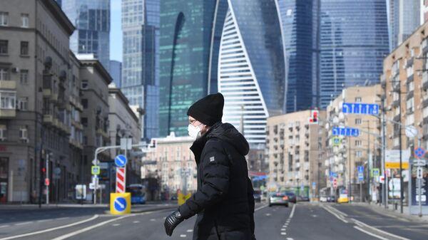 Пешеход переходит Большую Дорогомиловскую улицу в Москве
