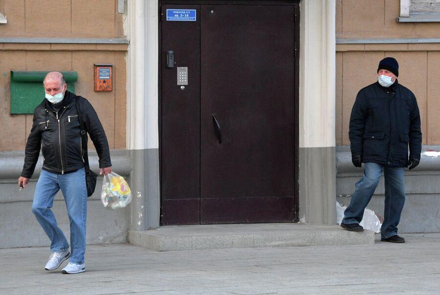 Мужчины в дворе одного из домов в Москве