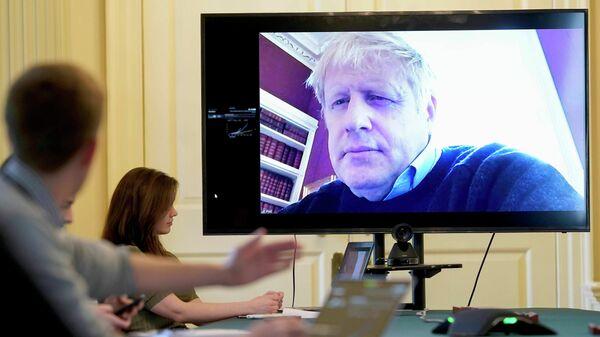 Премьер-министр Великобритании Борис Джонсон во время совещания по распространению COVID-19 в режиме видеоконференции