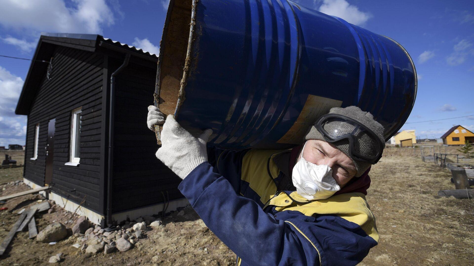 Житель Санкт-Петербурга во время самоизоляции строит дом в деревне - РИА Новости, 1920, 24.02.2021