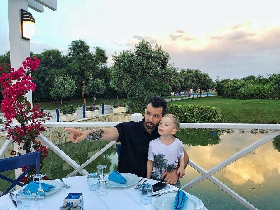 Денис Клявер с ребенком в Турции