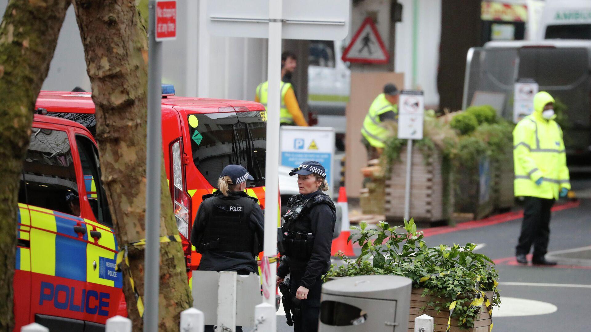 Сотрудники полиции дежурят возле больницы в Лондоне, где, предположительно, находится премьер-министр Великобритании Борис Джонсон - РИА Новости, 1920, 28.11.2020