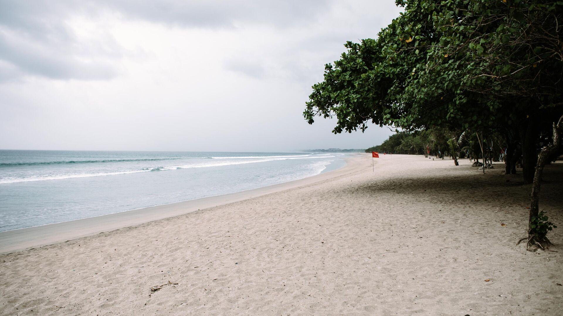 Пустой пляж в Куте на острове Бали в Индонезии - РИА Новости, 1920, 29.06.2021