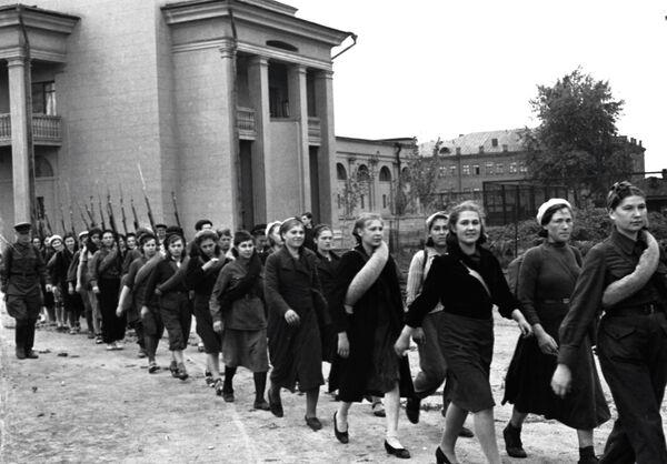 Бойцы всевобуча идут по улице Москвы, возле стадиона Автомобилист