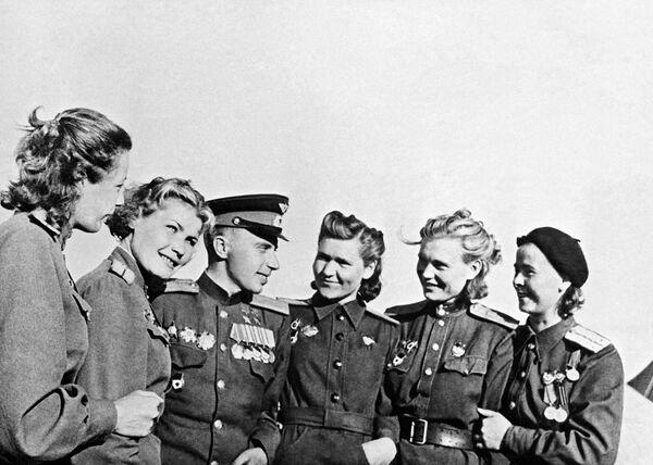 Дважды Герой Советского Союза, командир эскадрильи штурмового полка Леонид Беда среди летчиц бомбардировочной авиации