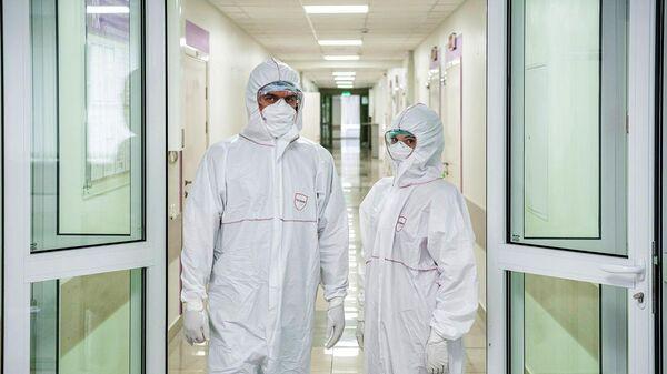 Врачи в костюмах биозащиты в палате перепрофилированного корпуса центра им М.И. Сеченова для лечения пациентов с коронавирусом