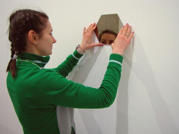 Без гвоздей и дыр: как и что можно крепить на стену, не повредив ее