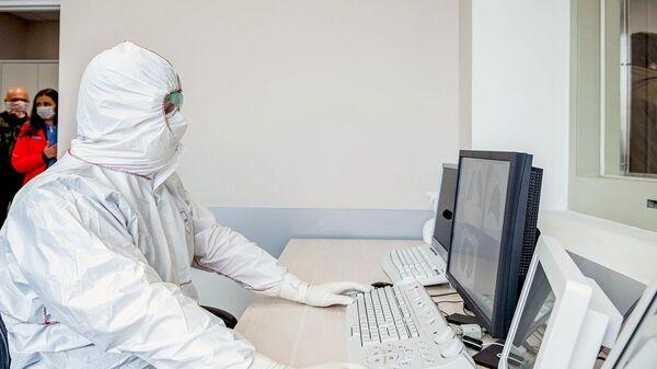 Врач перепрофилированного корпуса центра им М.И. Сеченова для лечения пациентов с коронавирусом
