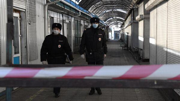 Сотрудники правоохранительных органов во время рейда в дни действия режима самоизоляции в Чите