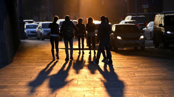 Молодые люди на одной из улиц в Москве