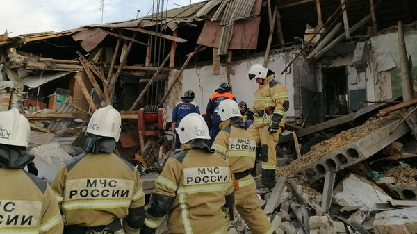 Сотрудники МЧС на месте взрыва газового баллона в доме в Нижегородской области