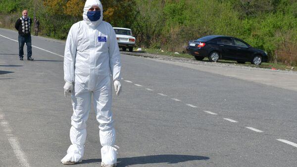 Медик на посту ДПС при въезде в город Гал в Абхазии