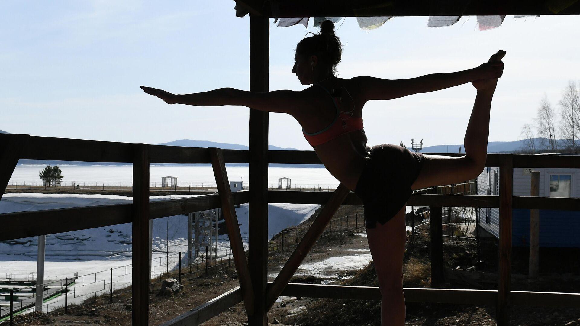 Сноубордистка Юлия Бояринцева во время ежедневной тренировки по общей физической подготовке и йоге - РИА Новости, 1920, 23.04.2020