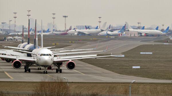 Самолеты на стоянке в аэропорту Внуково