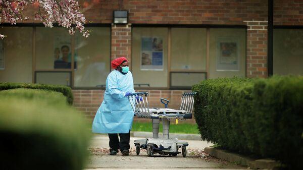 Медицинский работник с носилками Медицинском центре в Бруклине, Нью-Йорк