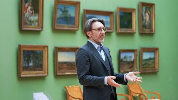 Лидер музыкальной группы Ленинград Сергей Шнуров во время записи онлайн-экскурсии Третьяковка со Шнуром