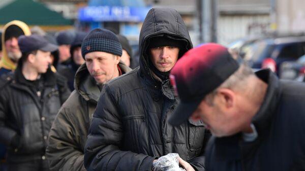 Бездомные получают помощь от волонтеров благотворительного фонда имени Елизаветы Глинки Доктор Лиза в Москве