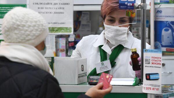 Покупатель в торговом зале аптеки в Новосибирске