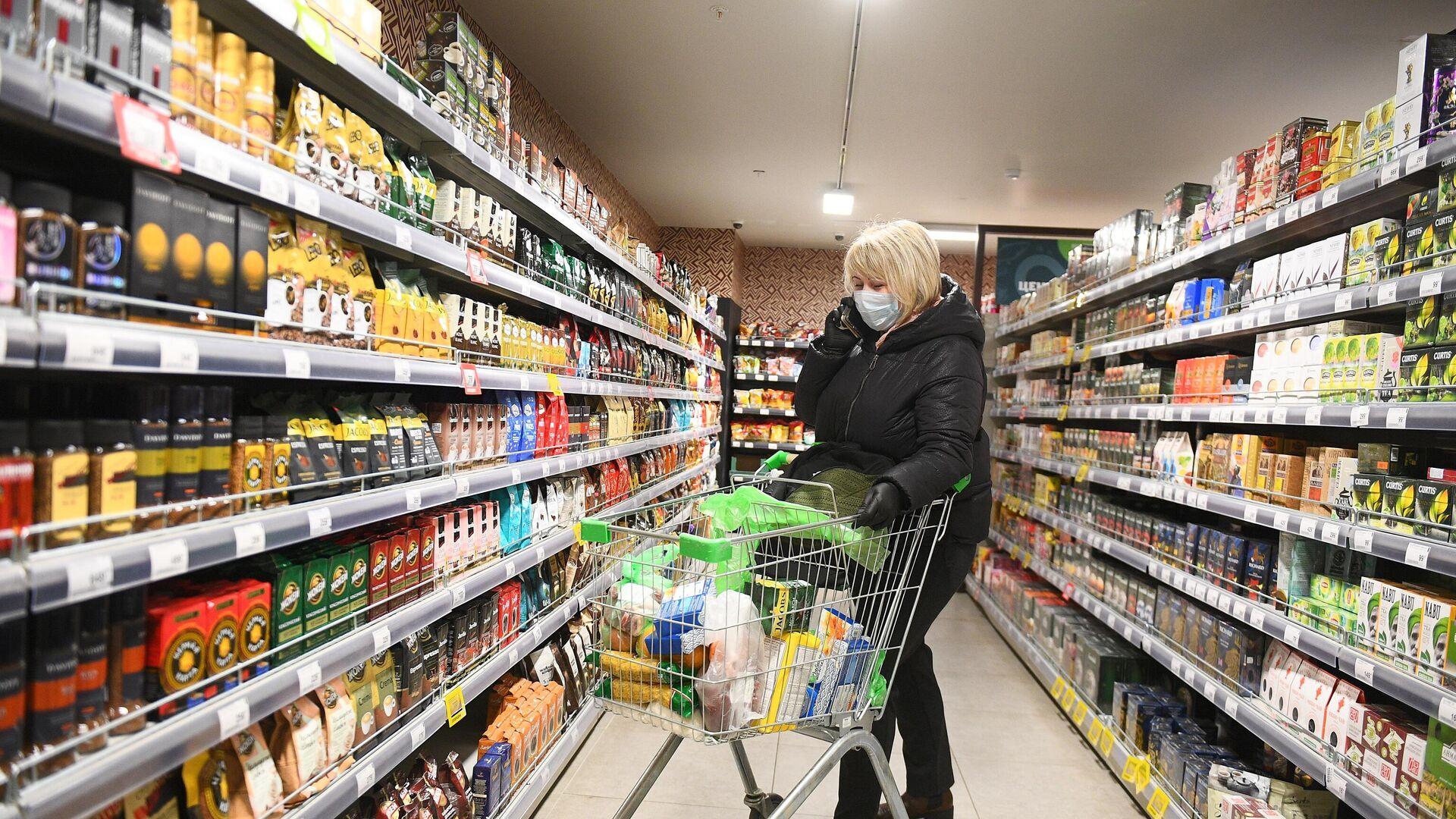Социальный работник закупает товары для продуктовых наборов пенсионерам в Москве - РИА Новости, 1920, 28.11.2020