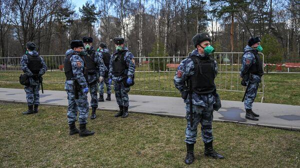 Сотрудники Росгвардии во время патруля у парка Березовая роща в Москве