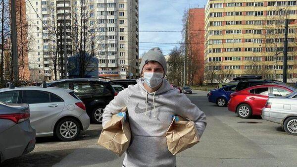 Экс-футболист сборной России Андрей Аршавин  доставляет продукты болельщикам петербургского Зенита старше 65 лет и из маломобильных групп населения