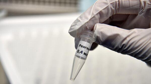 Колбы с реагентами для экспресс-тестов на коронавирус в лаборатории в технопарке Сколково