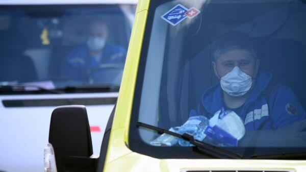 Санитар в автомобиле скорой помощи