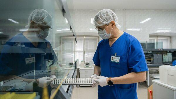Сотрудник в лаборатории научно-исследовательского института скорой помощи имени Н.В. Склифосовского в Москве