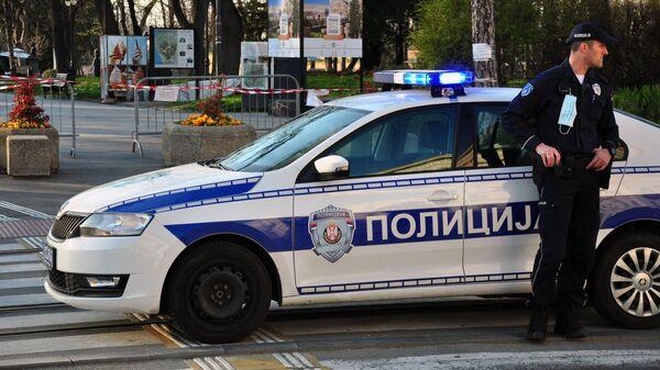 Сотрудники полиции на улицах Белграда во время комендантского часа